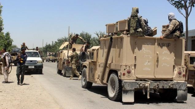 قوات الامن الافغانية تهيئ لعملية ضد تنظيم طالبان، 31 مايو 2016 (NAJIM RAHIM / AFP)