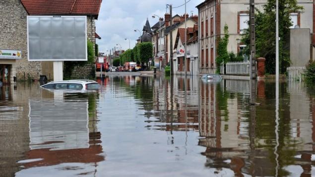 شواريع مدينة مونتارغيس، جنوب باريس، المغمورة بالمياه بعد فيضان ناتج عن امطار غزيرة، 2 يونيو 2016 (GUILLAUME SOUVANT / AFP)