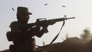 جندي عراقي يطلق النار جنوب الفلوجة، بالقرب من نهر الفرات، 1 يونيو 2016 (MOADH AL-DULAIMI / AFP)