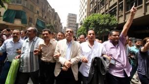 نقيب الصحافيين يحيي قلاش وسكرتير عام النقابة جمال عبد الرحيم ورئيس لجنة الحريات خالد البلشي خلال مسيرة احتجاجية بعد مغادرة المحكمة في القاهرة، 4 يونيو 2016 (STR / AFP)