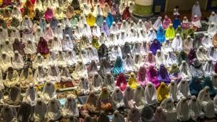 نساء مسلمات في اندونيسيا خلال الصلاة في مسجد الاكبار في سورابايا في بداية شهر رمضان الكريم، 5 يونيو 2016 (JUNI KRISWANTO / AFP)