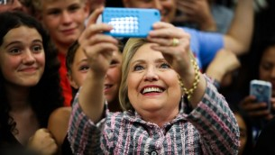المرشحة الديمقراطية للرئاسة الامريكية هيلاري كلينتون تلتقط صورة مع داعميها في كاليفورنيا، 5 يونيو 2016 (GABRIELLE LURIE / AFP)