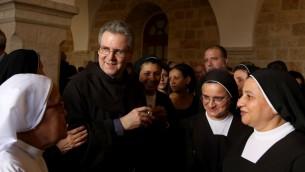 الحارس الجديد للاراضي المقدسة الاب الفرنسيسكاني فرانشيسكو باتون بعد توليه منصبه الجديد في البلدة القديمة في القدس، 6 يونيو 2016 (GALI TIBBON / AFP)