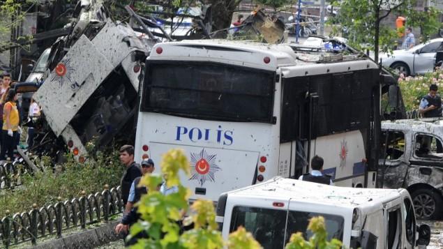 طواقم الشرطة والإسعاف في موقع الإنفجار الذي استهدف حافلة للشرطة في حي بيازيد في إسطنبول في 7 يونيو، 2016. (AFP/DOGAN NEWS AGENCY/ STRINGER)