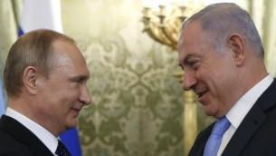 الرئيس الروسي فلاديمير بتوتين (من اليسار) يرحب برئيس الوزراء الإسرائيلي بينيامين نتنياهو خلال اجتماع في الكرملين في موسكو، 7 يونيو، 2016. (AFP Photo/Pool/Maxim Shipenkov)