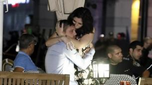 إسرائيليان يتعانقان بعد هجوم إطلاق النار في مجمع سارونا التجاري في تل أبيب، 8 يونيو، 2016. (Jack Guez/AFP)