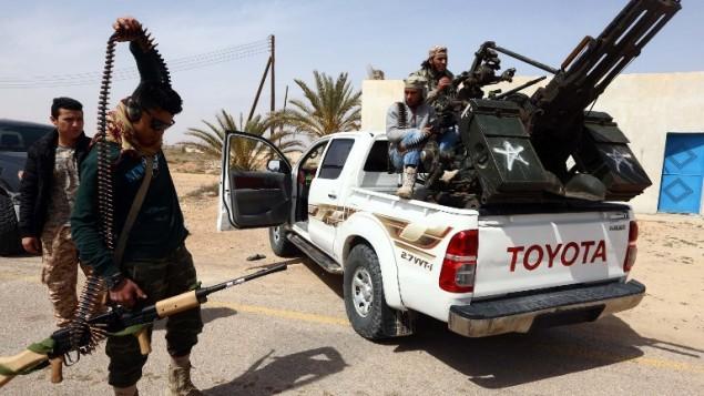 القوات الموالية للحكومة الليبية تتهيأ لهجوم ضد تنظيم الدولة الإسلامية في مدينة سرت، 16 مارس 2015 (MAHMUD TURKIA / AFP)