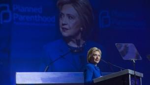 المرشحة الديمقراطية للرئاسة الامريكية هيلاري كلينتون خلال مؤتمر لجمعية 'بلاند بيرانتهود' لتنظيم الاسرة في واشنطن، 10 يونيو 2016 (CHRIS KLEPONIS / AFP)