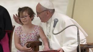 البابا فرنسيس خلال استقباله وفدا من المعوقين والمرضى في الفاتيكان، 11 يونيو 2016 (ANDREAS SOLARO / AFP)
