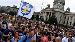 متظاهرون امام البرلمان الصربي في بلغراد، 11 يونيو 2016 (ANDREJ ISAKOVIC / AFP)