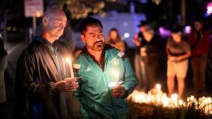 اضائة شموع في ذكرى ضحايا الهجوم في اورلاندو خلال مراسيم ذكرى في سان دييغو، 12 يونيو 2016 (AFP PHOTO / Sandy Huffaker)