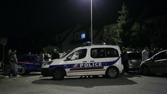 سيارة شرطة تغلق شارع خلال هجوم في مانيانفيل، بالقرب من باريس، 14 يونيو 2016 (AFP PHOTO / MATTHIEU ALEXANDRE)
