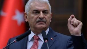 رئيس الوزراء التركي بن علي يلدريم خلال كلمة ألقاها أمام أعضاء البرلمان من حزبه الحاكم، 'العدالة والتنمية'، خلال اجتماع في البرلمان التركي في أنقرة، 14 يونيو، 2016. (ADEM ALTAN / AFP)