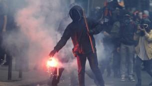 رجل مقنع يحمل شعلة خلال تظاهرات في باريس ضد قانون اصلاحات قانون العمل، 14 يونيو 2016 (ALAIN JOCARD / AFP)