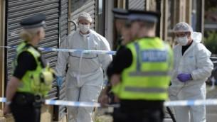 الشرطة والمحققون الشرعيون في موقع قتل عضو البرلمان البريطانية جو كوكس، 16 يونيو 2016 (OLI SCARFF / AFP)