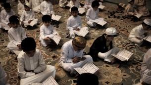 اطفال بحرينيون يقرأون القرأن خلال شهر رمضان، 18 يونيو 2016 (Mohammed al-Shaikh/AFP)