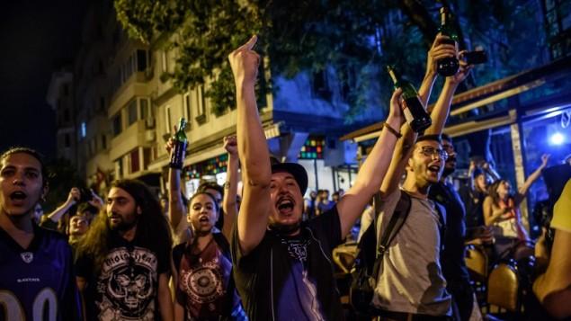 متظاهرون اتراك يحتجون ضد هجوم اسلامي ضد محل لبيع الاستطوانات بسبب شرب الكحول فيه خلال رمضان، 18 يونيو 2016 (OZAN KOSE / AFP)