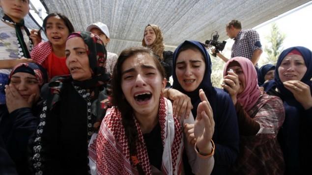 أقارب عارف جرادات (22 عاما) الذي توفي متأثرا بجراح أصيب بها خلال مواجهات مع قوى الأمن الإسرائيلية في مايو 2016. (AFP/Hazem Bader)