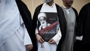 رجال دين شيعيون بحرينيون يتظاهرون ضد سحب جنسية أبرز مرجع شيعي فيها الشيخ عيسى قاسم (في الصورة)، 20 يونيو 2016 (MOHAMMED AL-SHAIKH / AFP)