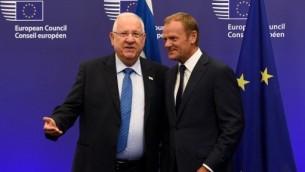 رئيس الاتحاد الاوروبي دونالد توسك يرحب بالرئيس الإسرائيلي رؤوفن ريفلين قبل لقائهما في مقر الاتحاد الاوروبي في بروكسل، 21 يونيو 2016 (AFP/JOHN THYS)
