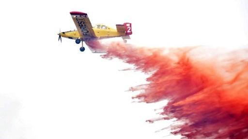طائرة اطفاء يونانية تساعد الطواقم القبرصية المحلية في اخماد اسوأ حرائق غابات تشهدها الجزيرة المتوسطية منذ اعوام، 21 يونيو 2016 (GEORGIO PAPAPETROU / AFP)