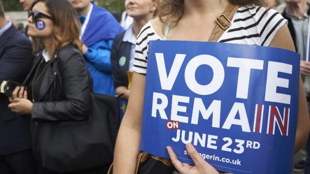 داعمين للاتحاد الاوروبي يحملون لافتات خلال مسيرة مناصرة للبقاء في الاتحاد الاوروبي في لندن، 21 يونيو 2016 (AFP PHOTO / Niklas HALLE'N)