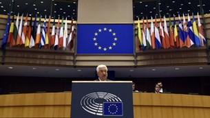 رئيس السلطة الفلسطينية محمود عباس خلال كلمة ألقاها أمام برلمان الإتحاد الاوروبي في بوركسل، 23 يونيو، 2016. (AFP / JOHN THYS)