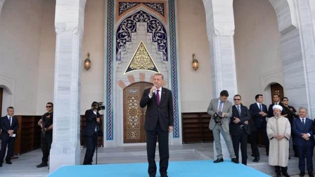 الرئيس التركي رجب طيب أردوغان يلقي خطابا خلال افتتاح مسجد بايزيد الأول في مطار إيسينبوغا الدولي في انقرة، 23 يونيو، 2016. (AFP/Adem Altan)