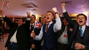 مؤيدو الخروج من الإتحاد الأوروبي يلوحون بالأعلام البريطانية احتقالا بنتائج الإستفتاء في حفل لحملة 'Leave.EU'  في برج ميلبانك وسط لندن في صباح 24 يونيو، 2016. (AFP PHOTO / GEOFF CADDICK) Leave.EU