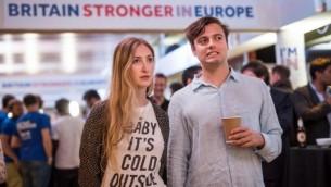 رد فعل مؤيدي حملة 'أقوى في الداخل' بعد إعلان نتائج الإستفتاء البريطاني حول البقاء في أو الخروج من الإتحاد الأوروبي في قاعة 'رويال فستيفال' في لندن فجر في وقت مبكر من صباح 24 يونيو، 2016. (AFP PHOTO / POOL / ROB STOTHARD)
