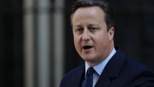 رئيس الوزراء البريطاني ديفيد كاميرون يتحدث للصحافة من أمام 10 داونينغ ستريت في وسط لندن، 24 يونيو، 2016. (AFP/Adrian Dennis)