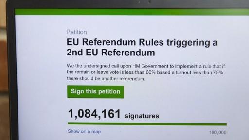 صورة لشاشة حاسوب تظهر العريضة في موقع الحكومة البريطانية المطالبة باجراء استفتاء ثاني حول خروج بريطانيا من الاتحاد الاوروبي، 25 يونيو 2016 (JUSTIN TALLIS / AFP)
