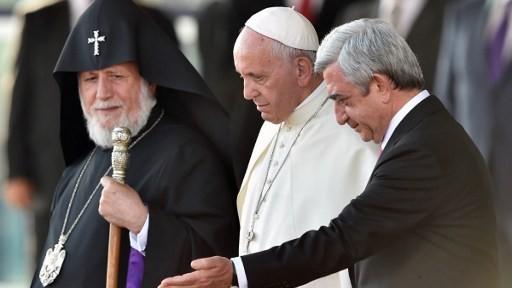 البابا فرنسيس برفقة الكاثوليكوس الحالي للكرسي الأم كاريكين الثاني ورئيس ارمينيا سيرج سركسيان عند نهاية زيارته ليريفان، 26 يونيو 2016 (ALEXANDER NEMENOV / AFP)