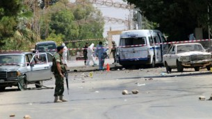 قوى الأمن الللبنانية تؤمن موقع وقعت فيه سلساة من الإنفجارات في 27 يونيو، 2016 في قرية القاع التي تقطنها أغلبية مسيحية، شرقي لبنان بالقرب من الحدود مع سوريا. ( AFP PHOTO / STRINGER)