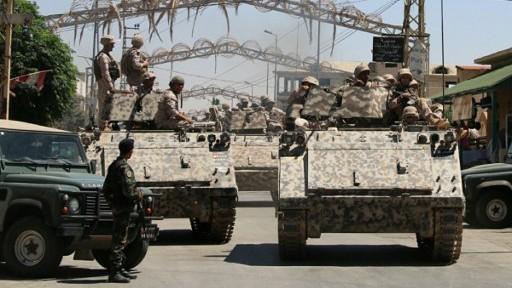 قوات الجيش اللبناني خلال دورية في بلدة مجاورة للحدود السورية، 28 يونيو 2016 (AFP/STRINGER)