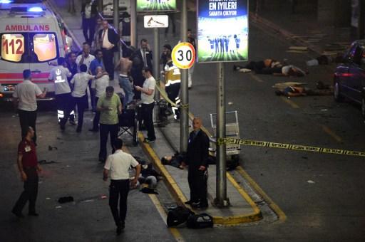 خدمات الإسعاف تعمل بالقرب من اشخاص ملقيين على الارض في مطار اتاتورك الرئيسي في اسطنبول بعد تفجير انتحاري ادى الى مقتل 36 شخصا على الاقل، 28 يونيو 2016 (AFP/ ILHAS NEWS AGENCY)