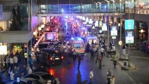 خدمات الإسعاف والشرطة تعمل بالقرب من اشخاص ملقيين على الارض في مطار اتاتورك الرئيسي في اسطنبول بعد تفجير انتحاري ادى الى مقتل 36 شخصا على الاقل، 28 يونيو 2016 (AFP/ ILHAS NEWS AGENCY)