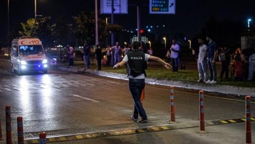 الشرطة التركية تقيم حواجز امنية حول مطار اتاتورك الرئيسي في اسطنبول بعد تفجير انتحاري ادى الى مقتل 36 شخصا على الاقل، 28 يونيو 2016 (AFP / OZAN KOSE)