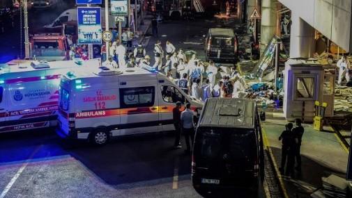 الشرطة الشرعية  في مطار اتاتورك الرئيسي في اسطنبول بعد تفجير انتحاري ادى الى مقتل 36 شخصا على الاقل، 28 يونيو 2016 (AFP/ OZAN KOSE)