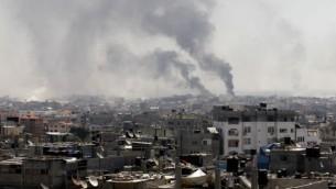 سحب الدخان بعد قصف إسرائيلي لمدينة رفح جنوبي قطاع غزة، 1 أغسطس، 2014. (AFP/SAID KHATIB/file)