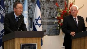 من الأرشيف: الأمين العام للأمم المتحدة بان كي مون، من اليسار، يتحدث خلال مؤتمر صحفي مشترك مع رئيس الدولة رؤوفين ريفلين في بيت رئيس الدولة في القدس، 20 أكتوبر، 2015. (AFP Photo/Gali Tibbon)