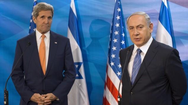 رئيس الورزاء بينيامين نتنياهو، من اليمين، ووزير الخارجية الأمريكي جون كيري يتحدثان للصحافيين خلال لقاء في ديوان رئيس الورزاء في القدس، 24 نوفمبر، 2015. (AFP/Pool/Atef Safadi)