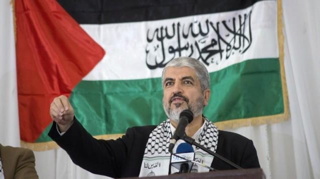 رئيس المكتب السياسي لحركة حماس، خالد مشعل، في اجتماع حاشد تكريما للحركة في كيب تاون، جنوب أفريقيا، 21 أكتوبر، 2015. (AFP/Rodger Bosch)
