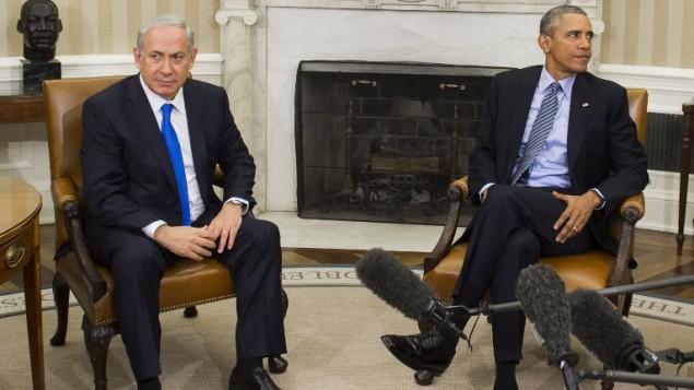 الرئيس الأمريكي باراك أوباما (من اليمين) ورئيس الوزراء بينيامين نتنياهو  خلال إجتماع في المكتب البيضاوي في البيت الأبيض في العاصمة واشنطن، 9 نوفمبر، 2015. (AFP/Saul Loeb)