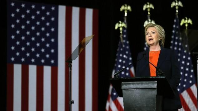 المرشحة الديمقراطية للرئاسة ووزير الخارجية السابقة هيلاري كلينتون تلقي خطابا حول الأمن القومي في 2 يونيو، 2016، في سان دييغو بولاية كاليفورينا. (Justin Sullivan/Getty Images/AFP)