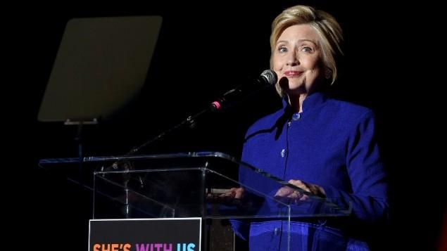 """المرشحة الديقمراطية للرئاسة هيلاري كلينتون تتحدث خلال حفل """"هيلاري كلينتون: إنها معنا"""" في المسرح اليوناني في 6 يونيو، 2016 في لوس أنجليس بولاية كاليفورنيا. (Kevin Winter/Getty Images/AFP)"""