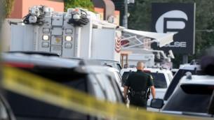 عناصر شرطة اورلاندو خارج ملهى 'ذا بالس' الليلي للمثليين بعد حادث اطلاق نار واحتجاز رهائن دامي في 12 يونيو 2016 (Gerardo Mora/Getty Images/AFP)