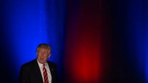 المرشح الجمهوري للرئاسة دونالد ترامب يعتلي المنصة لإلقاء كلمة ضمن حملته الإنتخابية في مسرح 'فوكس'  في 15 يونيو، 2016 في مدينة أتلانتا بولاية جورجيا. (Branden Camp/Getty Images/AFP)