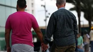 زوجان يزوران نصبا تذكاري لضحايا هجوم إطلاق النار على ملهى  Pulse الليلي ليلة السبت، 16 يونيو، 2016 في أورلاندو بولاية فلوريدا. (Spencer Platt/Getty Images/AFP)