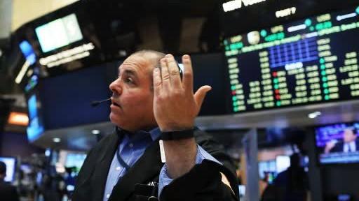 التجار في بورصة نيويورك في اعقاب الانباء عن نتائج الاستفتاء حول خروج بريطانيا من الاتحاد الاوروبي، 24 يونيو 2016 (Spencer Platt/Getty Images/AFP)